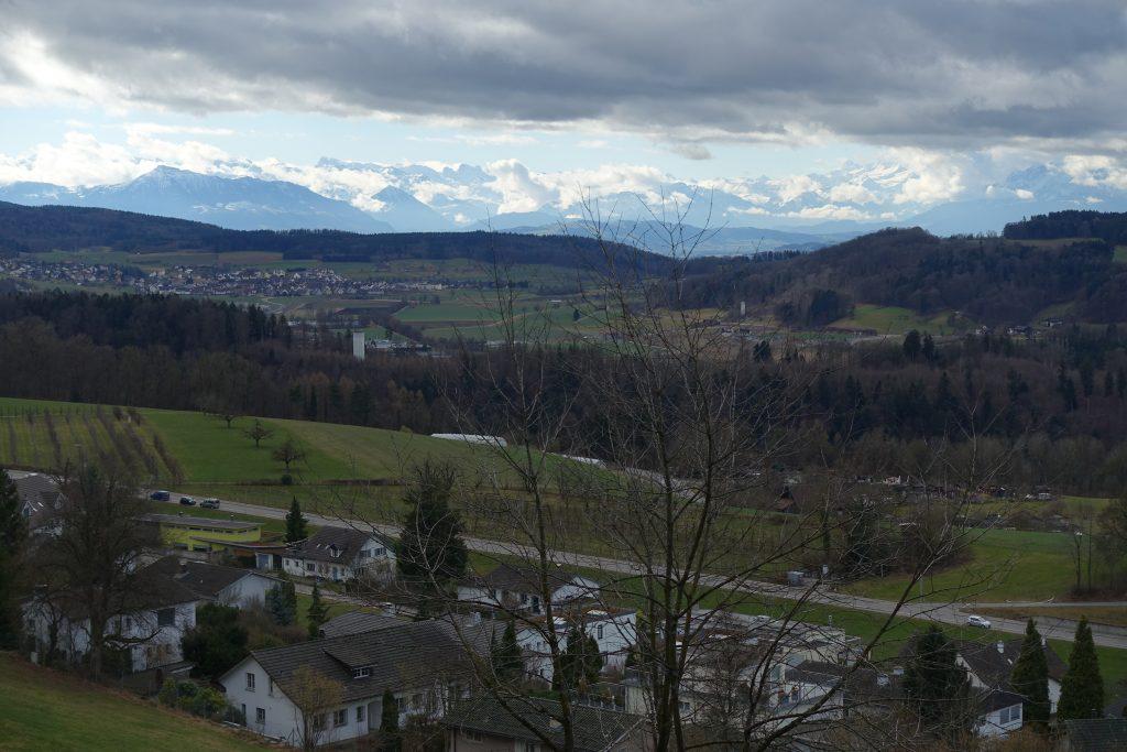 Der Fönwind treibt die Wolken aus den Bergen ins Mittelland