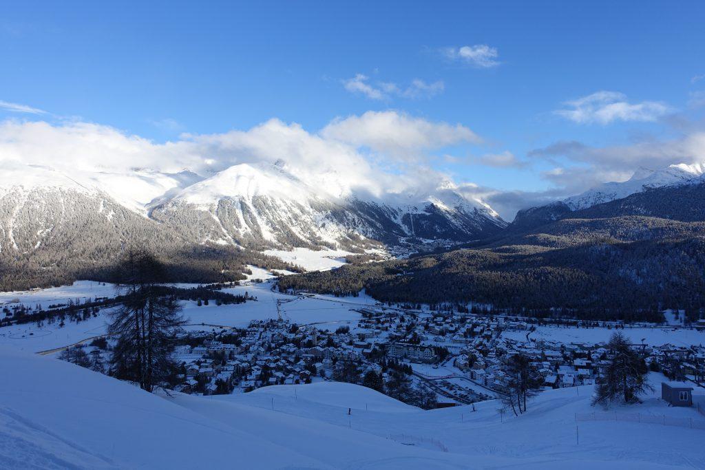 Talabfahrt von der Corviglia - mit Blick auf St. Moritz