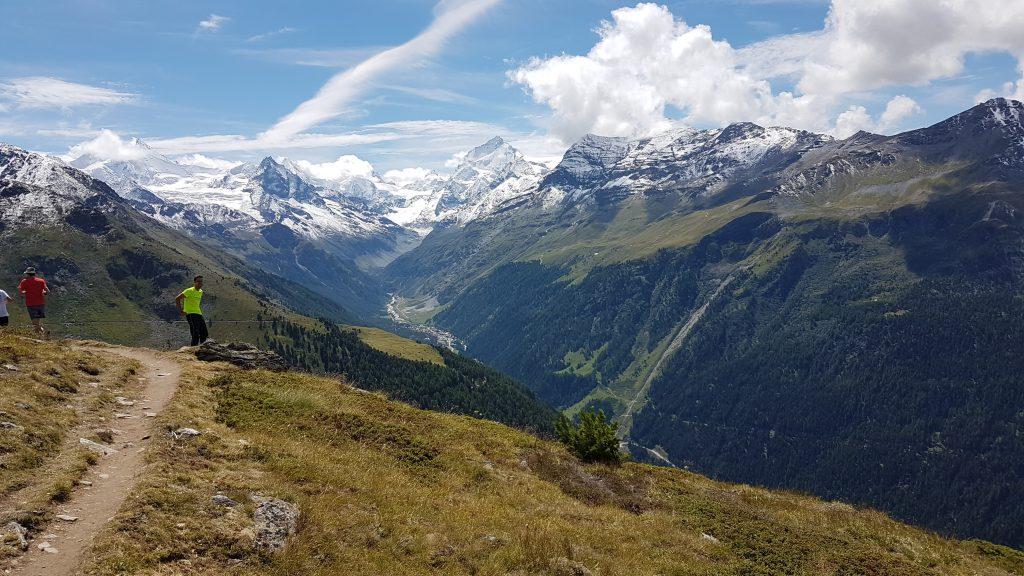 Die bekannten schneeweissen Berggipfel der Walliser Alpen - das Matterhorn leider nun in Wolken