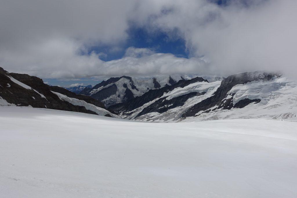 Blick über den Jungfraufirn auf das in Wolken gehüllte Aletschhorn - auf dem Weg vom Jungfraujoch zur Mönchsjochhütte