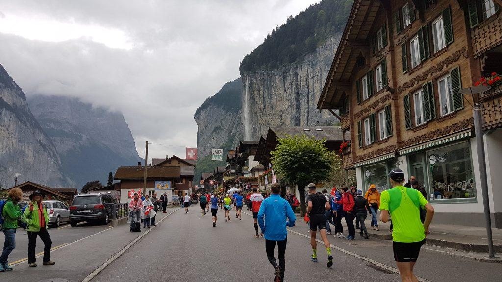 Erstes Ziel fast erreicht: mit 5:00min/km-Schnitt durch Lauterbrunnen bei Halbzeit