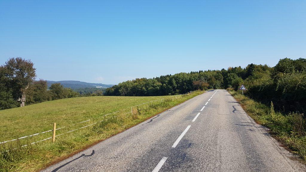 Über die typischen französischen Strassen mit rauhem Asphalt geht des zurück in die Schweiz