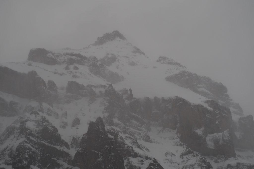 Schwarzmönch und Jungfrau in nebeligen Grautönen