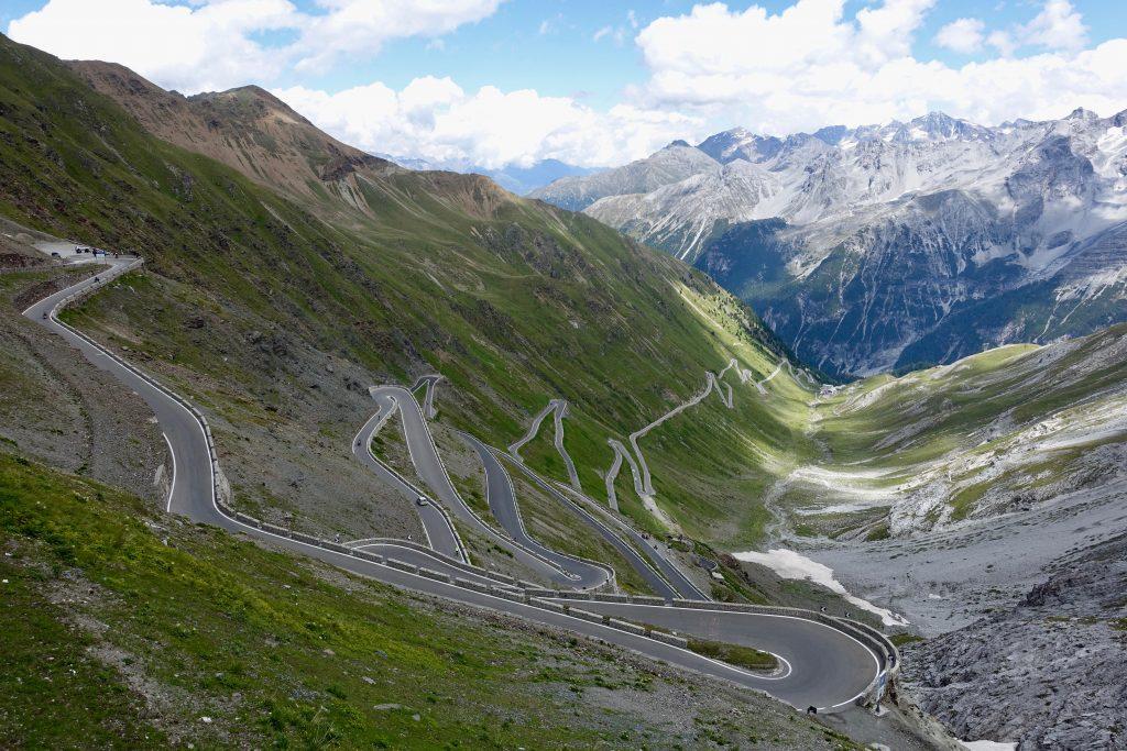 Auf den letzten 6,6km schlängelt sich die Strasse unverwechselbar Richtung Passhöhe